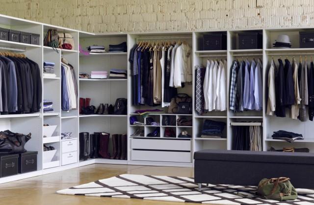 Hier ist ein Ankleidezimmer gestaltet, das wie das Büro einer ...