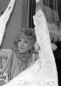 Jacqueline Urbach mit einer ihrer Skulpturen.