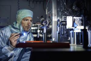 Andreas Riedo prüft die Laseroptik. Bild: Adrian Moser