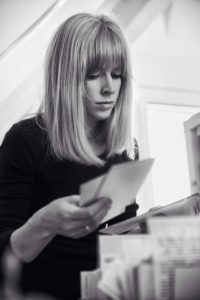 1000 handgeschriebene Exemplare hat die Postkartenschreiberin in den letzten 18 Monaten verschickt. Foto: Jan-Frederic Struwe