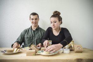 Sieht aus wie Käse, entsteht aber ohne tierische Produkte: Freddy Hunziker und Alice Fauconnet mit ihrem Cheeze. Bild: Franziska Rothenbühler