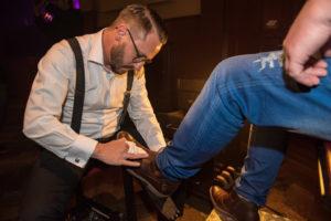 Der Schuhputzer bei der Arbeit - manchmal wortlos, manchmal im persönlichen Austausch. Foto: Thilo Larsson