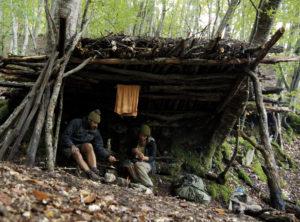 In diesem Unterschlupf wohnten die beiden während 10 Tagen im georgischen Wald.