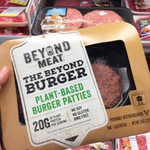 Die pflanzliche Burger-Alternative verkauft sich auch im Fleischregal sehr gut.
