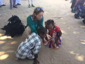 Faszination iPhone in der Wüste von Sudan, im Rahmen des Kulturfestivals.