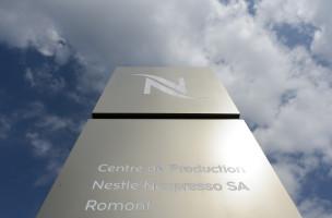 Une vue de l'entree exterieur du 3eme centre de production Nespresso de Nestle lors de son inauguration ce jeudi 10 septembre 2015 a Romont dans le canton de Fribourg. (KEYSTONE/Jean-Christophe Bott)