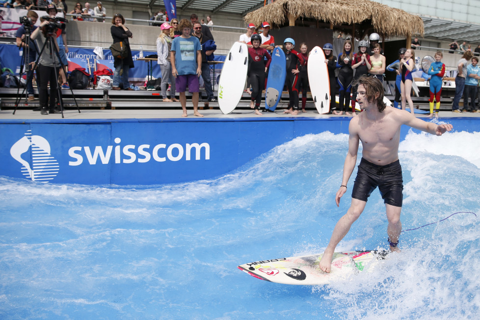 Iouri Podladtchikov, Snowboard-Olympiasieger, surft bei einer Werbeveranstaltung auf grosser Welle: Die Dividenden-Rendite der Swisscom dürfte über 4 Prozent betragen. Foto: Keystone
