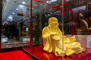 SHANGHAI, CHINA - 2015/11/20: A gold Maitreya Buddha showed in a gold shop's window.  An overbuilt property market and a devaluation of the yuan have already made Chinese investors the worlds largest consumers of gold. (Photo by Zhang Peng/LightRocket via Getty Images)