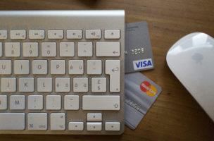 Online shopping with Visa or Mastercard, pictured in Zurich, Switzerland, on May 17, 2013. (KEYSTONE/Gaetan Bally)  Online einkaufen mit Visa oder Mastercard, aufgenommen in Zuerich am 17. Mai 2013. (KEYSTONE/Gaetan Bally)