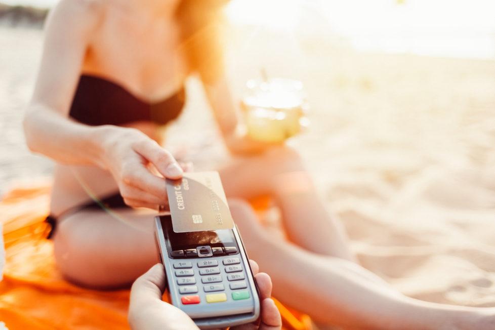 Hohe Zinsen, teure Mahnungen: Die Kreditkartenrechnung sollte nach den Ferien sofort beglichen werden. Foto: Getty Images