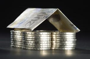 Aufgeschichtete Schweizer Muenzen, mit einer 200-Franken-Note als Dach, aufgenommen am 29. Februar 2008. (KEYSTONE/Gaetan Bally)