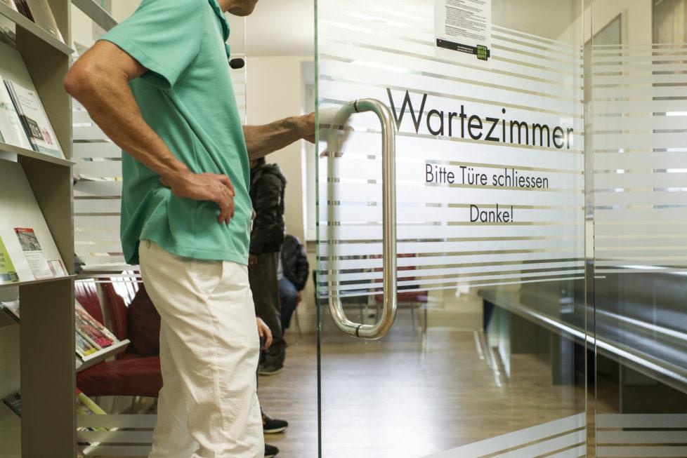 Eine neue Kasse muss Patienten in der Grundversicherung ohne Vorbehalte aufnehmen, die alte Kasse darf die Zusatzdeckung nicht kündigen. Foto: Christian Beutler/Keystone