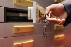 A bank employee uses a key to open a client safety deposit box in the vault of a bank in Switzerland on August 31, 2016. (KEYSTONE/Gaetan Bally)  Ein Bankangestellter oeffnet mit einem Schluessel ein Kundentresorfach im Tresorraum einer Bank am 31. August 2016. (KEYSTONE/Gaetan Bally)