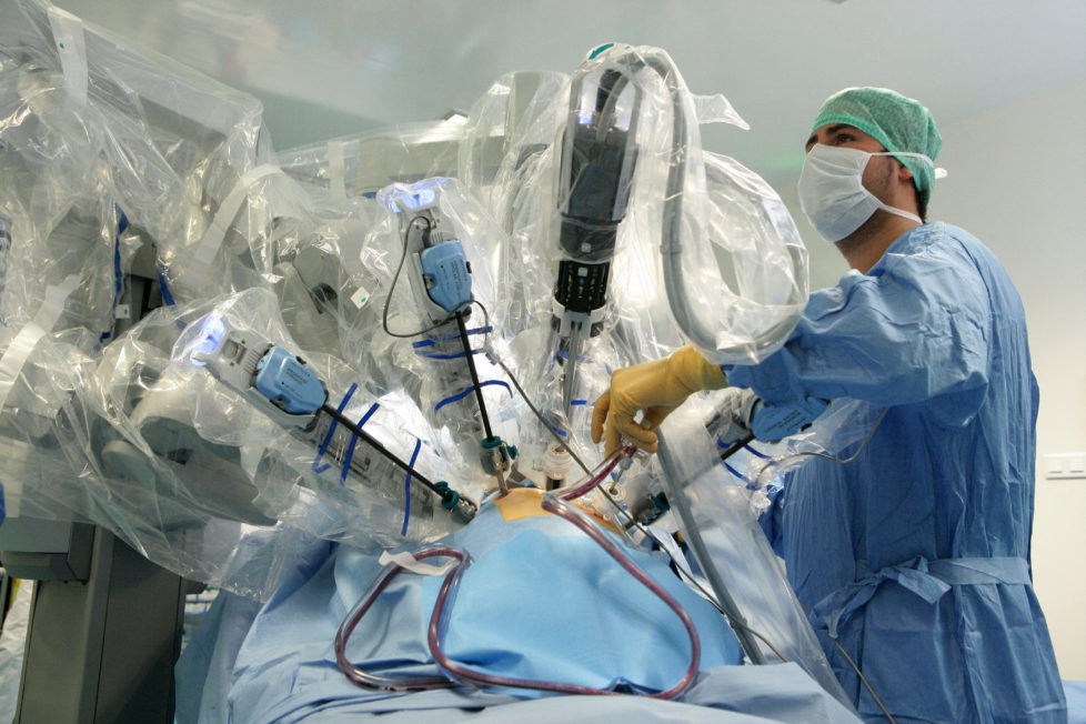 Einsatz im Spital: Roboter helfen dem Arzt – und den Anlegern. Foto: Getty