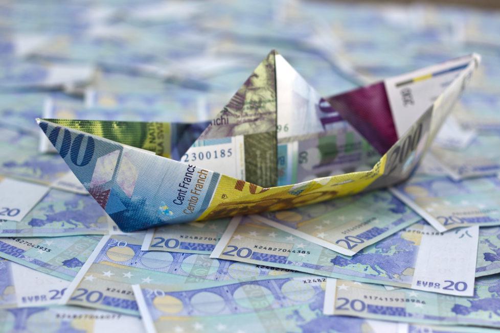 Schweizer Noten im Euromeer: Leichte Aufwertung des Franken möglich. Foto: Keystone