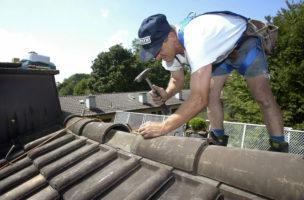 Reparaturbedürftiges Dach oder elektrische Geräte: Eigenheimbesitzer müssen Geld auf die Seite legen. Foto: PD