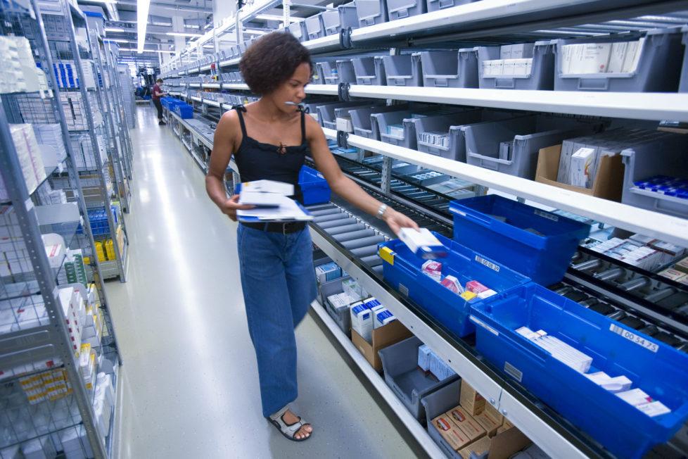 Versandapotheke Zur Rose: Eine Mitarbeiterin stellt im Logistikzentrum in Frauenfeld Medikamente zusammen, die verschickt werden. Foto: Key