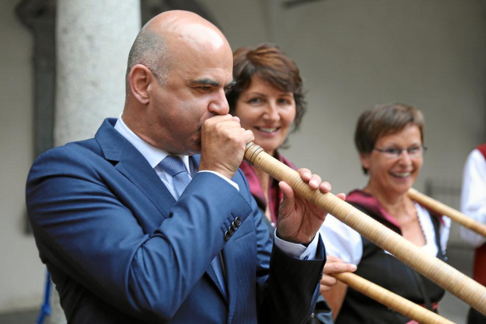 Bundesrat Alain Berset beim Alphornblasen am Jodlerfest in Brig: PK-Kapitalbezug soll erschwert werden. Foto: Andy Mettler