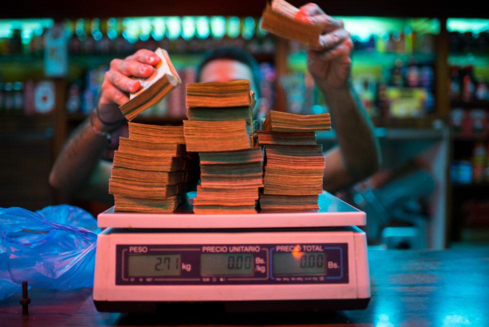Inflation in Venezuela: Geld wird nicht mehr gezählt, sondern gewogen. Foto: Getty