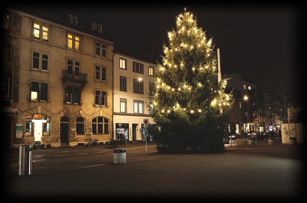 Basel-Bahnhof-Gundeli-Gundeldingen-Weihnachtsbaum-Christbaum-Nacht-Leuchten-4000