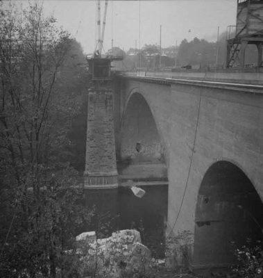 FN Jost N 1972, Abbruch der alten Eisenbahnbrücke (Rote Brücke), 1941, Artist: