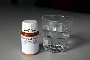 Das Schlafmittel Pentobarbital wird zuhause von Sterbewilligen eingenommen, aufgenommen bei EXIT Schweiz in Zuerich, am Freitag, 5. Dezember 2008. (KEYSTONE/Alessandro Della Bella)