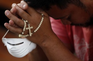 Nur wer glaubt wird selig? Ein Mann während seinen Gebeten. (Foto: Edgar Su/Reuters)