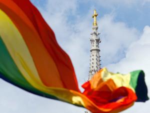 Eine Regenbogenflagge weht anlässlich der Schwulenparade in Zagreb. (Reuters/Nikola Solic)