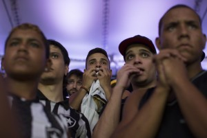 Wie ein Gottesdienst: Brasilianische Fussballfans im Maracanã in Rio. Foto: Leo Correa (AP)