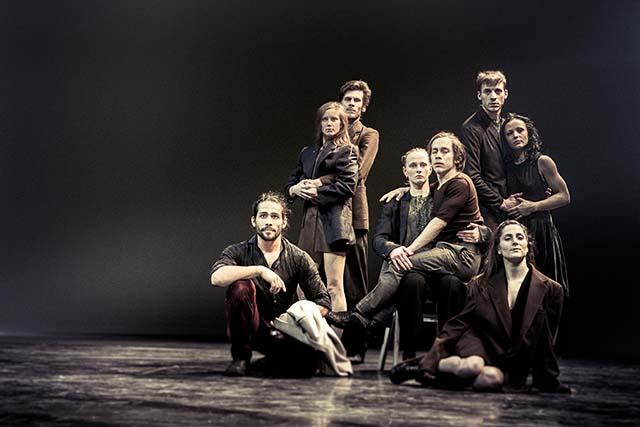 Sepia-Familienbild aus dem Stück von Ultima Vez. ©Danny Willems