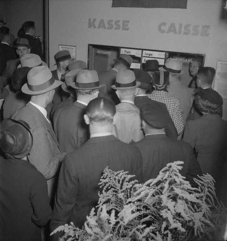 """Cinema Capitol: Premiere vom Film """"F?silier Wipf"""", Besucher vor der Kasse"""