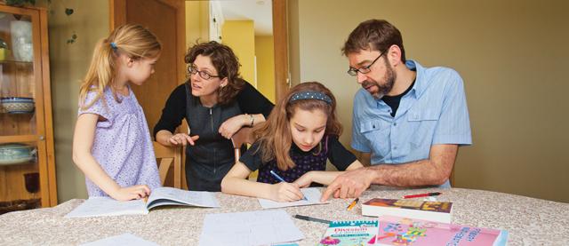 Eltern helfen ihren Kindern bei den Aufgaben. (Flickr/maclean)