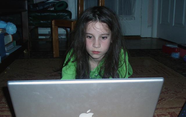 Wie schützt man Kinder, die im Internet surfen? Im Bild oben: Ein Mädchen am Computer. Foto: Lorda (Flickr)