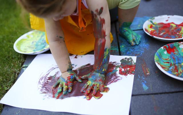 Krippenleiterinnen sollten Kinder vermehrt selbst Spiele entwickeln lassen, statt ihnen zu viel vorzugeben. Bild: Kai Pfaffenbach (Reuters)