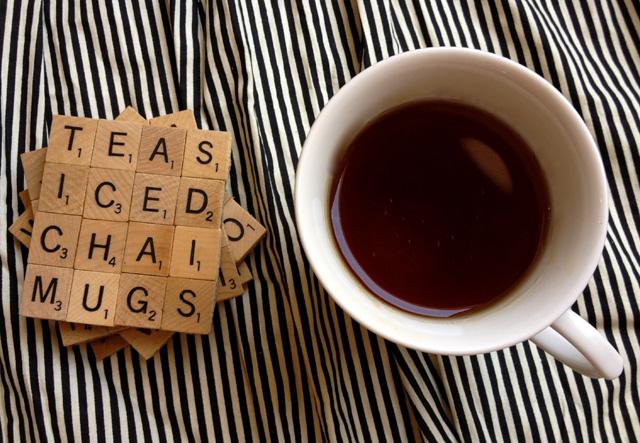 Auch für Bastelmuffel leicht umzusetzen: Scrabble-Untersetzer. (Bild: thegourmetgab.com)