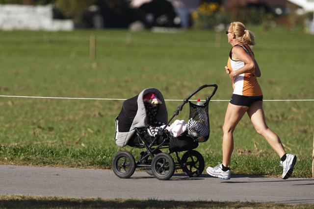 Die eigenen Bedürfnisse und diejenigen des Kindes aufeinander abzustimmen, ist nicht immer einfach: Joggende Mutter mit Kinderwagen. Bild: Keystone