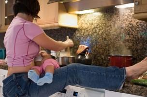 Keine Zeit zu jammern: Ein Mutter stillt beim Kochen ihren Säugling. (Flickr/texasgurl)