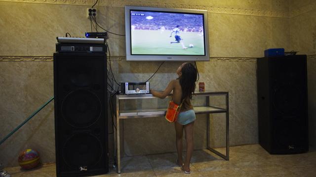 Erziehungsfragen spielen mit: Die sechsjährige Shakira Gabarri schaut im Haus ihrer Grosseltern in Madrid die Begegnung Kroatien - Spanien an der Europameisterschaft 2012. (Foto: Susana Vera/Reuters)