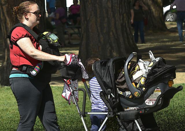 Komme, was wolle: Eine Mutter geht mit ihren Kindern und dem voll bepackten Kinderwagen spazieren. (Bild: Flickr/swong95765)