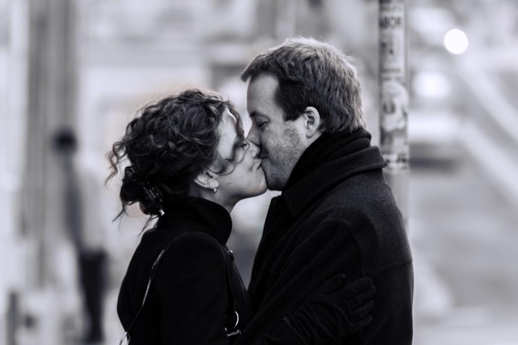 Es hat mit Verbindlichkeit zu tun: Ein Paar küsst sich auf der Strasse. Foto:  Jan Fidler (Flickr)