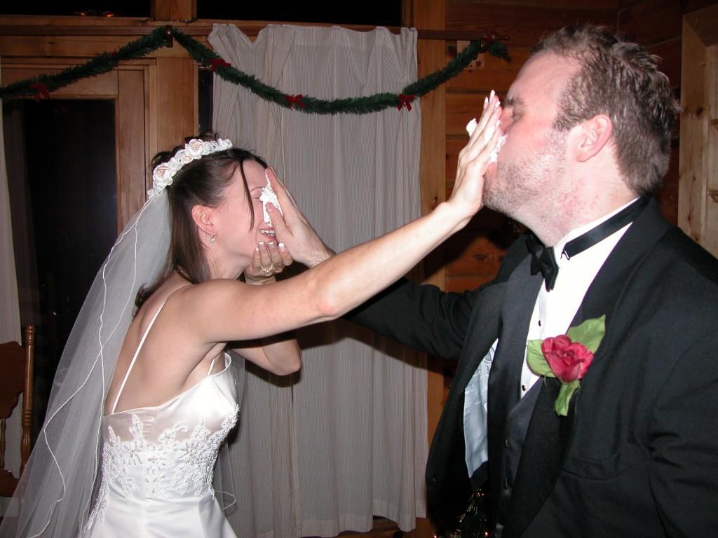 Da stimmt die Chemie: Brautpaar füttert sich mit Dessert. Foto: Tamara McCauley (Flickr)