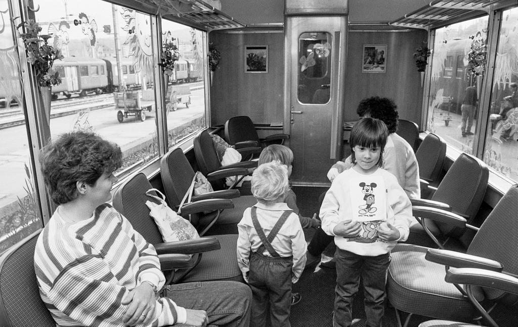 Blumen am Fenster: Familienwagen der Brünigbahn mit frei verschiebbaren Stühlen, 1984. Foto: Keystone