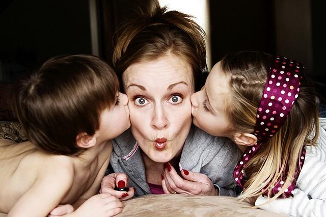 Die Arbeit für eine Patchworkfamilie lohnt sich: Eine Mutter im Sandwich. Foto: Theresa Martell (Flickr)