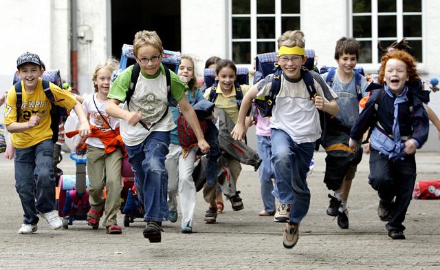 Willkommene Lernpause: Primarschüler freuen sich über ihren Ferienbeginn. (Keystone/Martin Meissner)