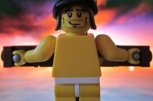 Jeder sieht in ihm, was er sehen will: Jesus am Kreuz, aus Lego. Foto: Masked Builder (Flickr)