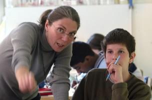 Denn sie wissen schon , was sie tun: Lehrerin und Schüler. Foto: Monika (Keystone)