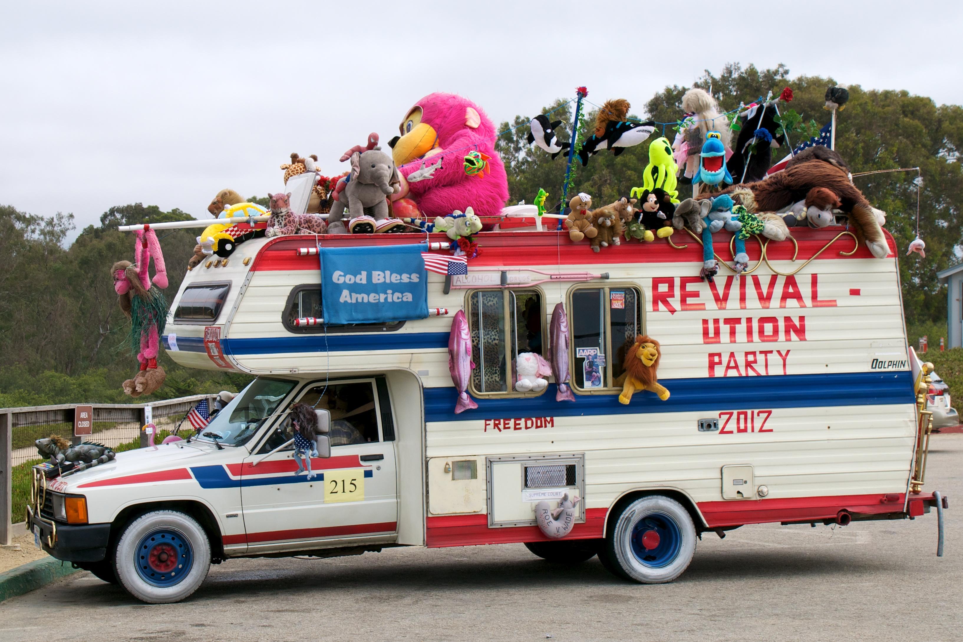 Fehlt nur noch der Kasperli im Kassettengerät: Dekoriertes Wohnmobil in Santa Cruz, Kalifornien. Foto: Don DeBold (Flickr)