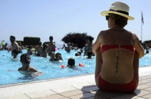 Sommer, Sonne, Sch...: Überfüllte Badis und Sehnsücht esind niht jedermanns Sache. (Keystone/Laurent Gillieron)