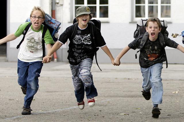 Endlich hat Mamas Stress ein Ende: Schüler freuen sich über den Schulferienstart. (Keystone/Martin Meissner)