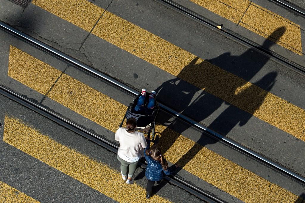 Frau mit Kindern auf einem Fussgängerstreifen. Foto: Urs Jaudas